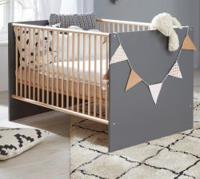 Babyzimmer Babybett Mats in grau matt mit Buche massiv Gitterbett mit Schlupfsprossen und Lattenrost Liegefläche 70 x 140 cm