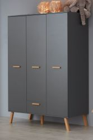 Baby- und Kinderzimmer Kleiderschrank Mats in grau matt mit Buche massiv 3-türig 130 x 190 cm